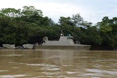 O navio militar no rio Guaviare Imagem de Stock