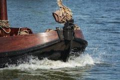 O navio na superfície da água Imagens de Stock Royalty Free