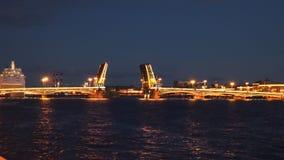 O navio navega através da ponte levadiça na noite St Petersburg, Fotografia de Stock