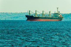 O navio navega Bosphorus Fotografia de Stock
