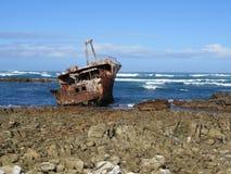 O navio oxidado no litoral fotografia de stock royalty free