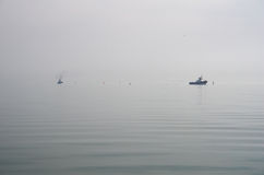 O navio-reboque do mar flutua na névoa Imagem de Stock