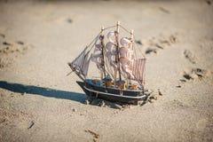 O navio é um brinquedo na areia Imagens de Stock