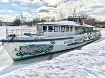 O navio velho está no reservatório de Khimki, a cidade de Moscou foto de stock
