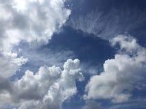O nebuloso no fundo azul Imagens de Stock Royalty Free