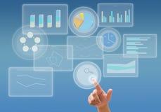 O negócio analisa o gráfico e o trabalho com tecnologia do tela táctil Fotos de Stock Royalty Free