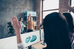 O negócio ascendente próximo da foto muitos estudantes os braços de ondulação que dos povos cumprimentam o professor tem o proces fotos de stock