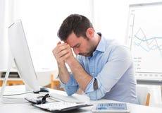 O negócio atrativo novo obteve a dor de cabeça devido a queima-se Foto de Stock Royalty Free