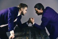 O negócio brouken duramente Os homens no terno ou os homens de negócios com caras tensas competem Imagem de Stock Royalty Free