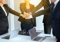 O negócio da equipe junta-se ao sucesso das mãos para negociar, trabalho da equipe para conseguir objetivos, entrega a coordena foto de stock