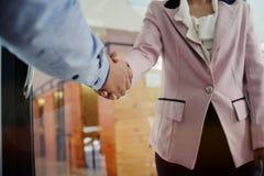 O negócio da imagem equipa o aperto de mão Encontro da parceria do negócio concentrado Fotografia de Stock