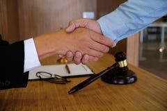 O negócio da imagem equipa o aperto de mão Encontro da parceria do negócio concentrado Imagens de Stock