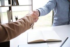 O negócio da imagem equipa o aperto de mão Succ da reunião da parceria do negócio Foto de Stock Royalty Free