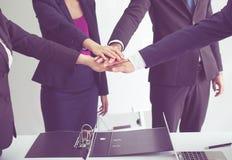 O negócio das equipes junta-se ao sucesso das mãos para negociar, trabalho da equipe para conseguir objetivos, entrega a coordena fotografia de stock royalty free