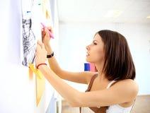 O negócio de sorriso team com trabalho do marcador e das etiquetas Fotografia de Stock