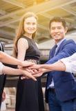 O negócio junta-se ao sucesso da mão para negociar, trabalho da equipe para conseguir objetivos, coordenação da mão imagem de stock