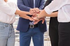 O negócio junta-se ao sucesso das mãos para negociar, trabalho da equipe para conseguir objetivos, coordenação da mão imagens de stock royalty free