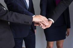 O negócio junta-se ao sucesso das mãos para negociar, trabalho da equipe para conseguir objetivos, entrega a coordenação da parce imagem de stock