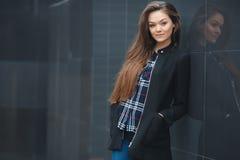 O negócio moderno, mulher perto do escritório medita o plano de negócios fotografia de stock