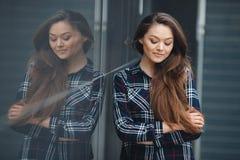 O negócio moderno, uma mulher bonita perto do escritório está considerando um plano de negócios fotografia de stock