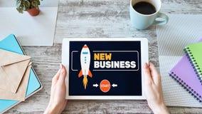 O negócio novo começa acima o conceito na tela fotos de stock