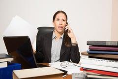 O negócio novo vestiu a mulher que trabalha em sua mesa Fotografia de Stock Royalty Free