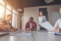 O negócio Startup, povos criativos novos agrupa a sala de reunião entrando, borrão de movimento, um homem focalizado imagem de stock