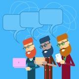 O negócio ocasional Man Group guarda o portátil, tablet pc, grupo de telefone esperto da pilha com bolha do bate-papo Imagens de Stock Royalty Free