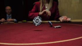 O negociante joga microplaquetas na tabela do pôquer, movimento lento Lasca o close-up Jogo do casino video estoque