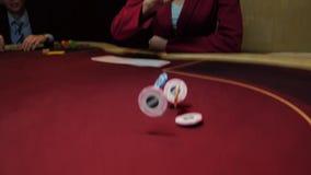 O negociante joga microplaquetas na tabela do pôquer, movimento lento Lasca o close-up Jogo do casino filme