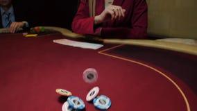 O negociante joga microplaquetas na tabela do pôquer, movimento lento Lasca o close-up Jogo do casino vídeos de arquivo
