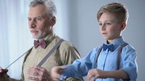 O neto de ensino de primeira geração elegante homem à moda engana, compartilhando da experiência filme