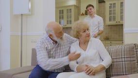 O neto faz a paz suas avós durante sua discussão vídeos de arquivo