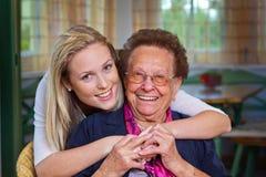 O neto visita a avó Imagens de Stock