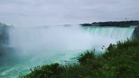 O Niagara Falls do lado canadense video estoque