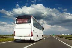 O ônibus branco é alcance feita na estrada Imagens de Stock Royalty Free
