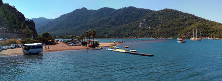 O ônibus, o mar, o céu e os turistas na água na areia da menina encalham Está aqui o banco de areia famoso, um lugar da peregrina Imagem de Stock Royalty Free
