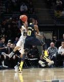 O Nick Colela de Penn State é sujado pelo Tim Hardaway de Michigan Fotografia de Stock