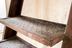 Ośniedziali metali schodki, starzy metali schodki Obrazy Royalty Free