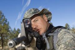 Żołnierz Celuje Maszynowego pistolet Zdjęcia Stock