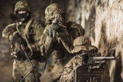 Żołnierze piechoty morskiej podczas manewru wojskowego Fotografia Stock