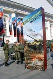 Żołnierze stali bezczynnie stare militarne maszyny Obrazy Stock