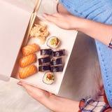 O nigiri do sushi japonês e os rolos de sushi ajustados serviram com wasabi e gengibre, vista superior fotos de stock