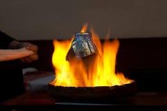 O no espeto de Testi cozinhou no potenciômetro de argila sobre o fogo, Istambul, Turquia Imagens de Stock