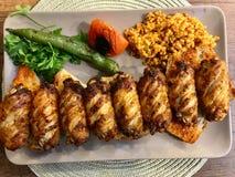O no espeto picante/Kebap das asas de galinha do estilo turco serviu no restaurante foto de stock royalty free