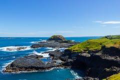 O Nobbies em Phillip Island com um tempo limpo e ventoso e um mar muito azul fotografia de stock