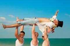 O noivo é levantado no céu azul foto de stock royalty free