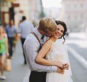 O noivo abraça a noiva imagem de stock