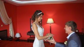 O noivo considerável está vendo primeiramente a noiva da beleza dentro vídeos de arquivo