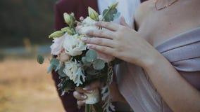 O noivo considerável vem e beija sua noiva na natureza ensolarada video estoque